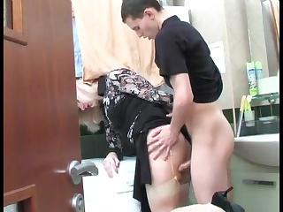 Пока никого не было дома, хитрый квартирант трахнул в ванной свою зрелую хозяйку
