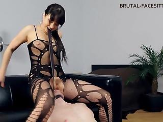 Раб лижет сексуальной госпоже