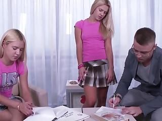 Две 18 летние русские блондинки отчаянно трахаются с парнем за право быть лучшей в сексе