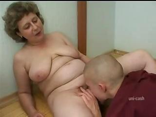 Порно старушки купили пацана