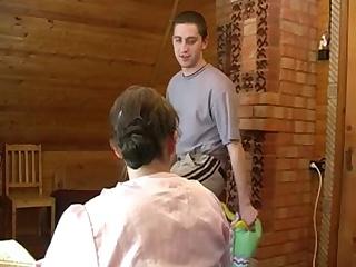 Русское порно ынок 18 лет обнимается со зрелой мамкой