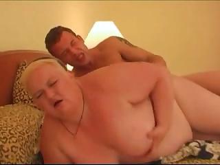 Обнаженная толстушка на кровати фото 147-556