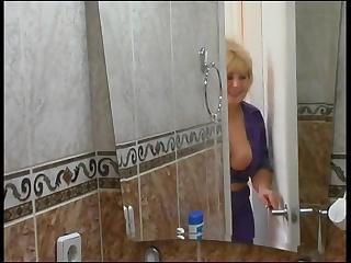 Русская старуха зашла в ванную к молодому парню