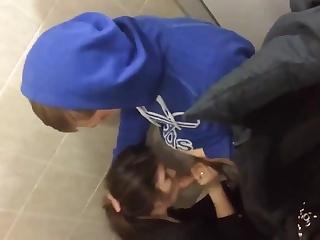 Парень дал девке в рот в туалете